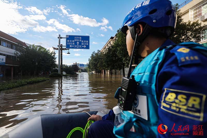 8月11日,救援队前往受灾区转移群众。章勇涛 摄