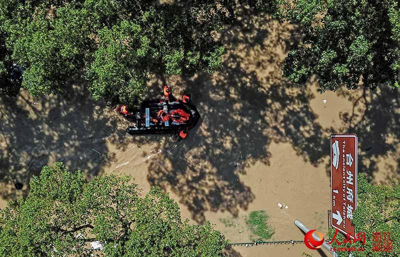 8月11日,浙江台州临海一救援队正在前往受灾区转移群众。章勇涛 摄