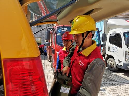 12日10点 红船党员服务队正在搬运柴油。黄辉摄