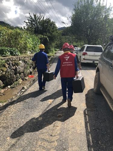 国网杭州供电公司党员王成和张泽宇正在操作无人机,巡视受损的电力线路。王振摄