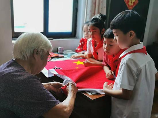 宁波奉化88岁老党员绣国旗庆华诞