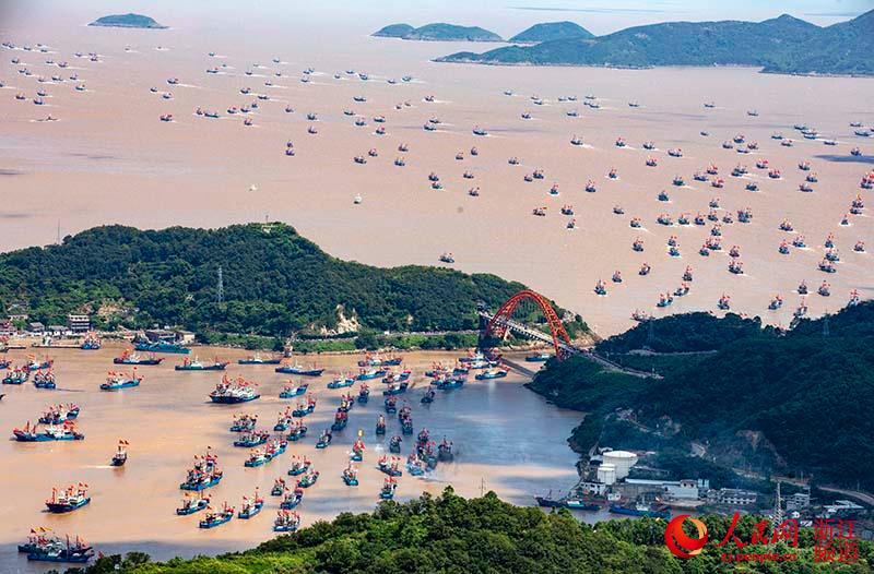 9月16日,渔船首尾相接,银河网站,宛如一支威风八面的庞大舰艇编队。章勇涛 摄