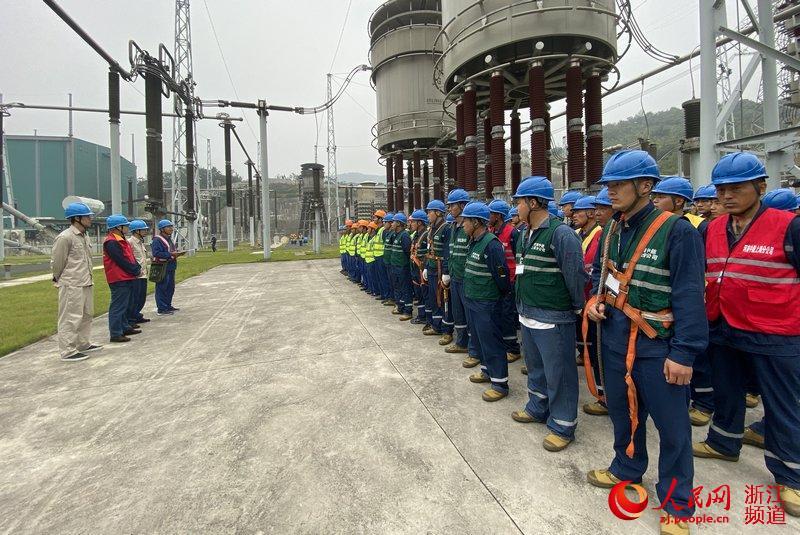 国网浙江电力员工监管人石明垒正在进行开工前安全交底工作。(张馨尹 摄)