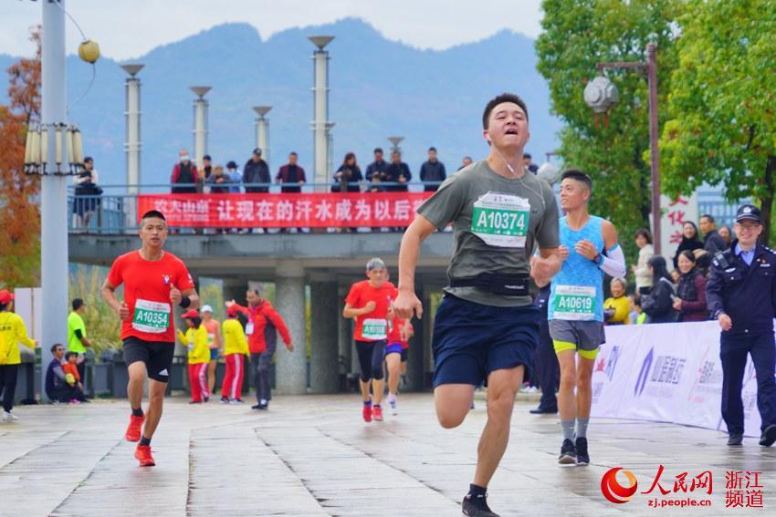 比赛中的运动员 神仙居绿道马拉松组委会供图