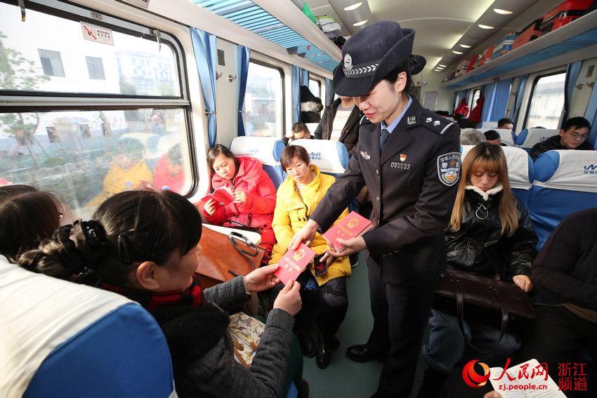 12月4日乘警在车厢内向游客免费发放《中华人民共和国宪法》。韦士钊 摄