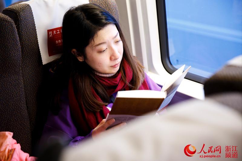 旅客放下手机,开始阅读书籍。