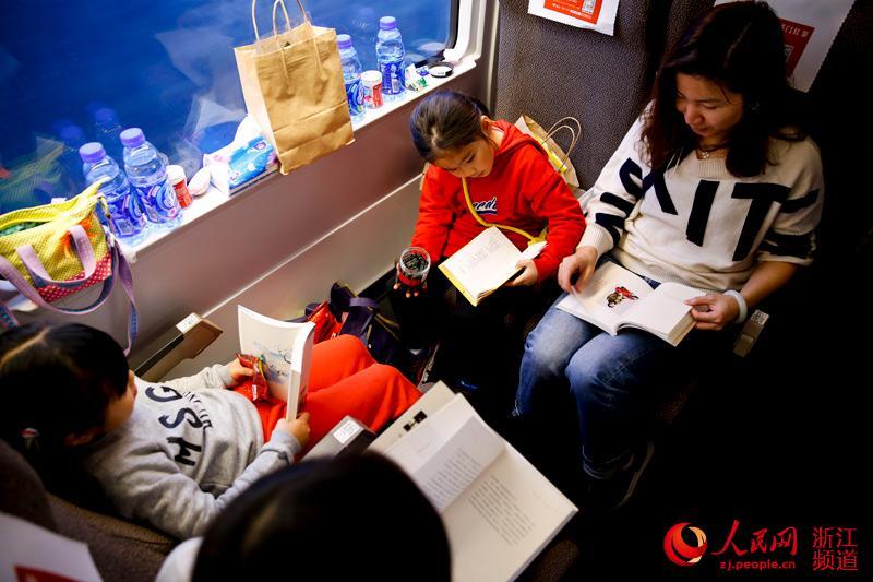 旅客在车厢内看书。