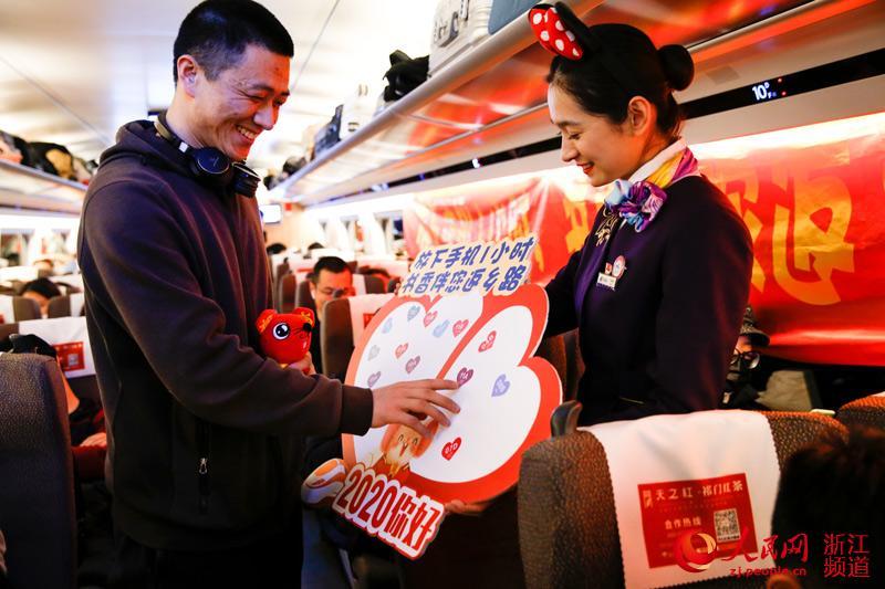 车厢内旅客积极响应放下手机1小时书香伴你返乡路号召。