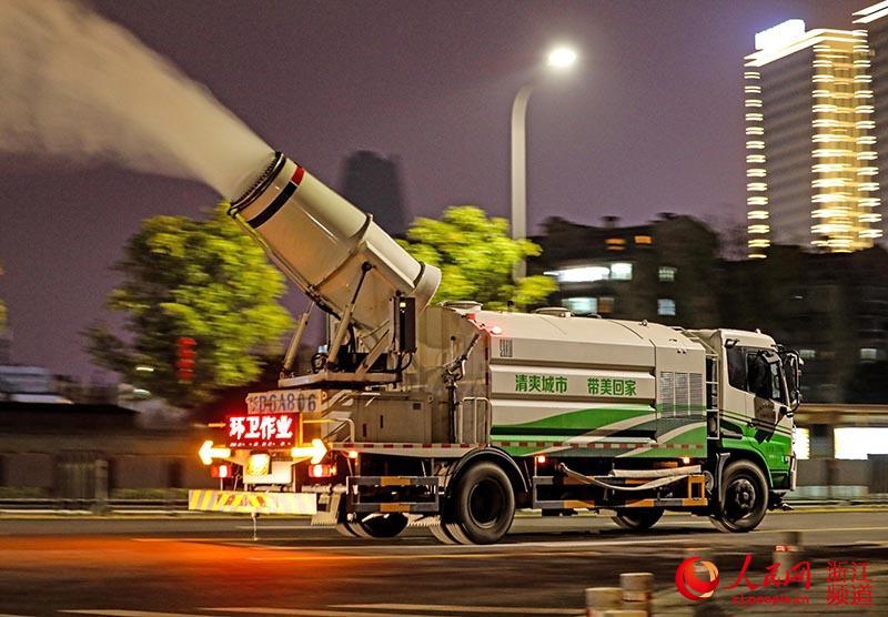 2月8日晚,一辆雾炮车正在宁波市江北区的道路上向空中喷洒消毒水。章勇涛 摄