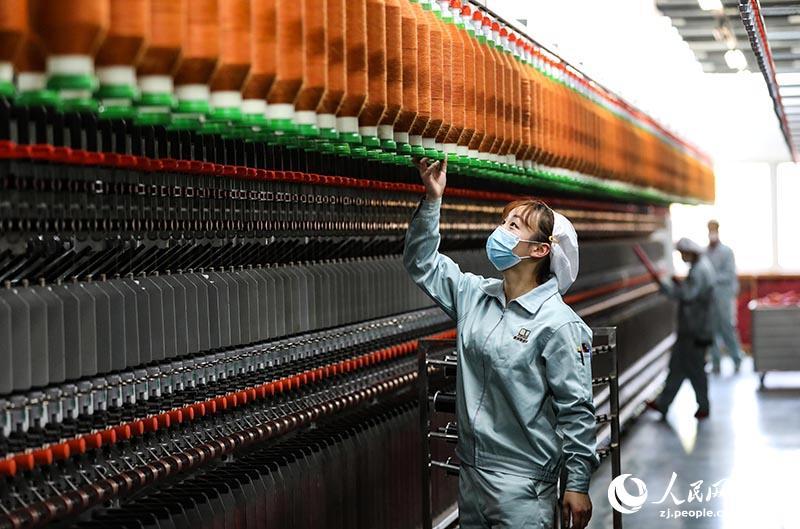 2月10日,工人在宁波市江北区一纺纱企业的车间工作。章勇涛 摄