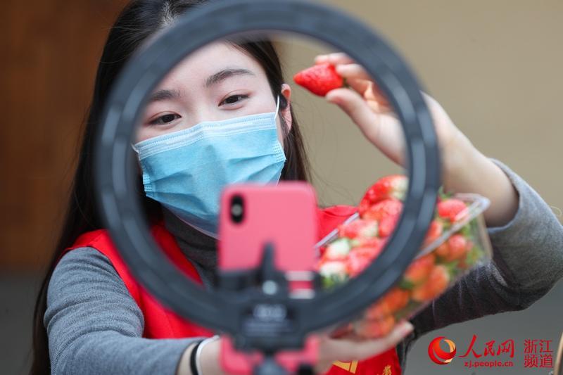 """浙江湖州:党员变""""网红""""帮销农产品"""