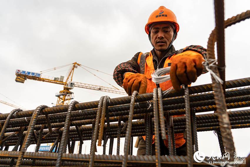 2月15日,浙江省二建的工人坚守在各自的岗位上忙碌着。人民网 章勇涛摄