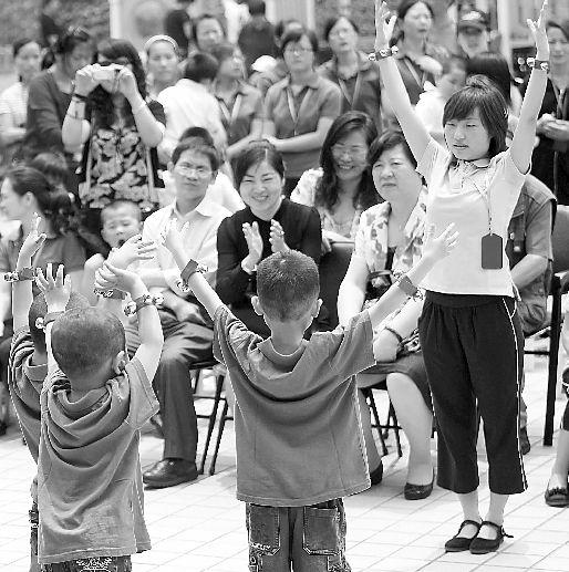 省残疾人福利基金会昨天组织爱心人士到省智障儿童康复训练中心看望孩子.图片