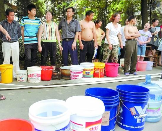 6月28日上午,宁波江北、江东等地的居民发现,家里的自来水变得很浑浊,像稀薄的牛奶。24小时过去了,越来越多的小区居民向自来水公司投诉。   天气这么热,我都一天没洗澡了,洗脸刷牙用的都是纯净水,水质究竟什么时候才恢复正常啊?江北红梅小区居民们说,昨天(6月29日)一大早,他们所在的小区就排起了长队,一直等着自来水公司送水。   从28日到昨天,江东明楼片区、江北孔浦街道、镇海城关的部分地区均出现了自来水质变黄、变浑浊现象,受影响的居民数量不小。   对此,宁波市自来水总公司解释,6月28日夜晚,鄞