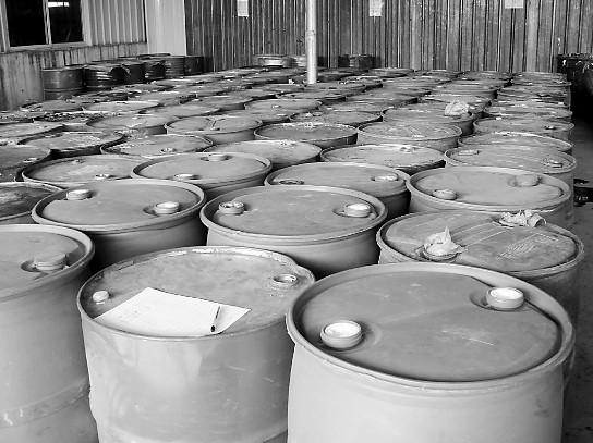 20吨危化品被分装进80多只铁桶