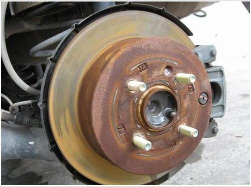"""行驶中,轻踩刹车,让刹车片与刹车盘的摩擦力将表面""""抛光""""即可."""