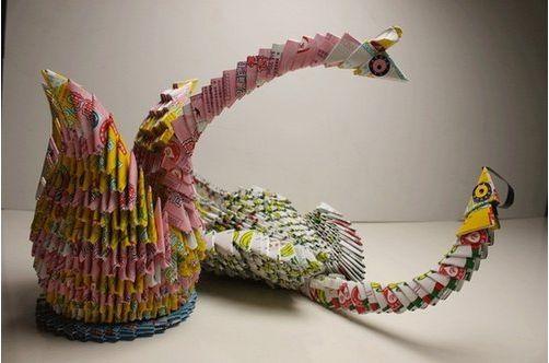 软泡沫、硬纸板等制成的剪贴画昨日(9月8日),位于世博园城市最佳实践区的蒙特利尔馆内,新增的4件环保艺术品吸引了不少游客的目光。   记者从昨日在蒙特利尔馆内举行的环保亦酷中国2010颁奖典礼上获悉,这些环保艺术品都是由垃圾为原材料变废为宝而成,将在蒙特利尔案例馆内一直展示到10月31日上海世博会结束。   据介绍,环保亦酷公益活动于今年6月在蒙特利尔馆内正式启动,面向全社会征集由垃圾变废为宝而成的艺术作品。短短6周内,共有近4万名乘客在北京、上海等四地的出租车互动荧屏上申请参赛报名
