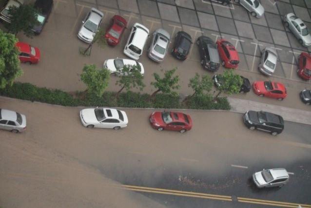 滨江区彩虹城伟业路积水没过车身.